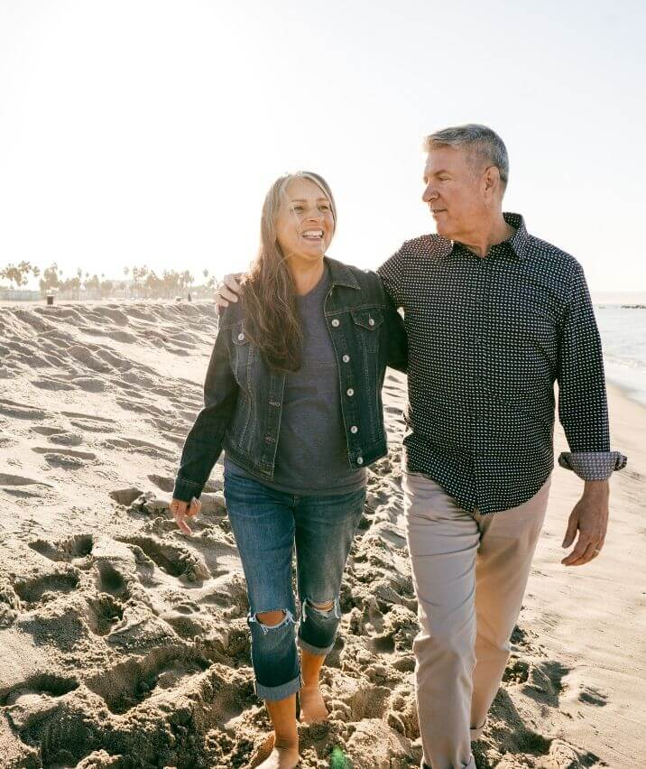 old-couple-walking-on-the-beach